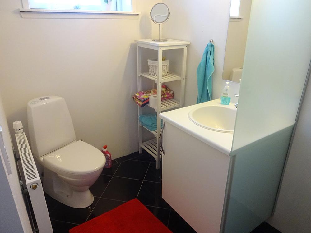 Badeværelse med brusebad